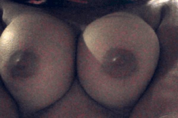 Jeune salope à gros seins offre son cul